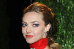 Amanda Seyfried  enjoys reading people's opinion of her on Twitter