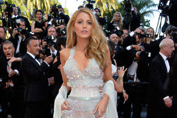 Blake Lively highlights her waist in Chanel Couture
