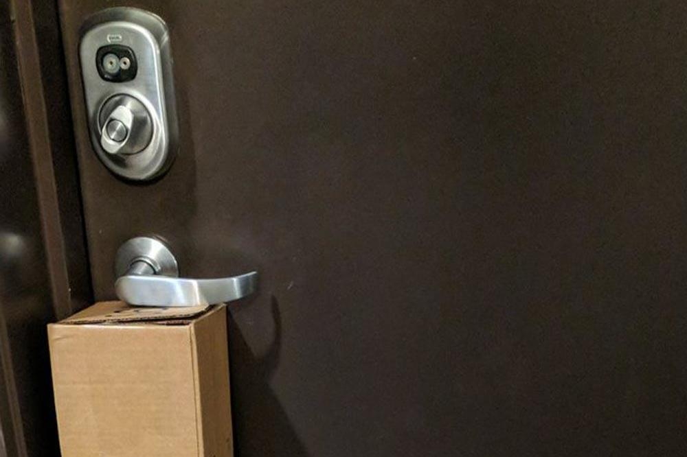 Parcel blocks door handle (c) Twitter & Man gets trapped in flat due to parcel