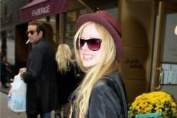 Avril Lavigne returns to the stage with her ex