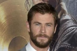 Chris Hemsworth surprises kids at hospital as Thor