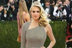 Kate Upton trains with the US Marines