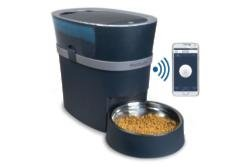Smartphone pet feeder