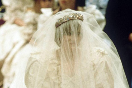 Princess diana 39 s wedding dress to go on display in us mall for Wedding dresses mall of america