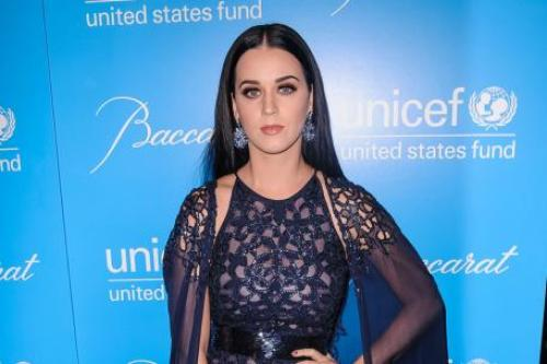 who is katy perry currently dating Katy perry and robert pattinson are dating while kristen stewart is a the rumor mill has been trying to make katy and robert pattinson happen for a while now.