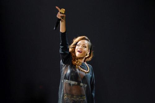 Rihanna Leaves Fans Waiting for 3 Hours ar Boston Show