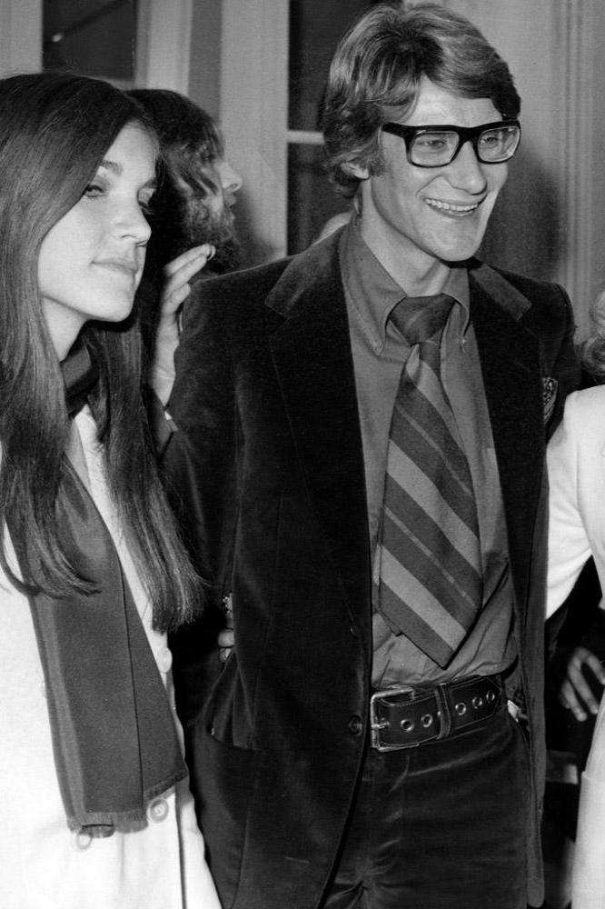 Yves Saint Laurent with Lauren Bacall and Tochter Lesley in Paris 1968