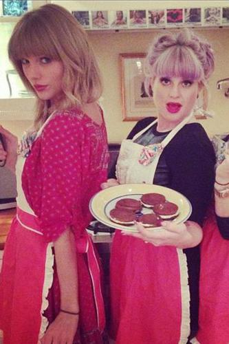 (L-R) Taylor Swift, Kelly Osbourne and Claire Kislinger baking