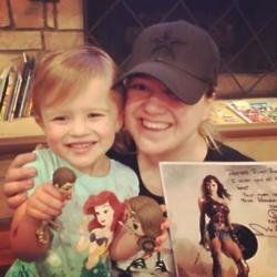 Kelly Clarkson and her daughter (c) Twitter