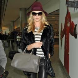 Rosie Huntington Whiteley look chic as he heads for her flight