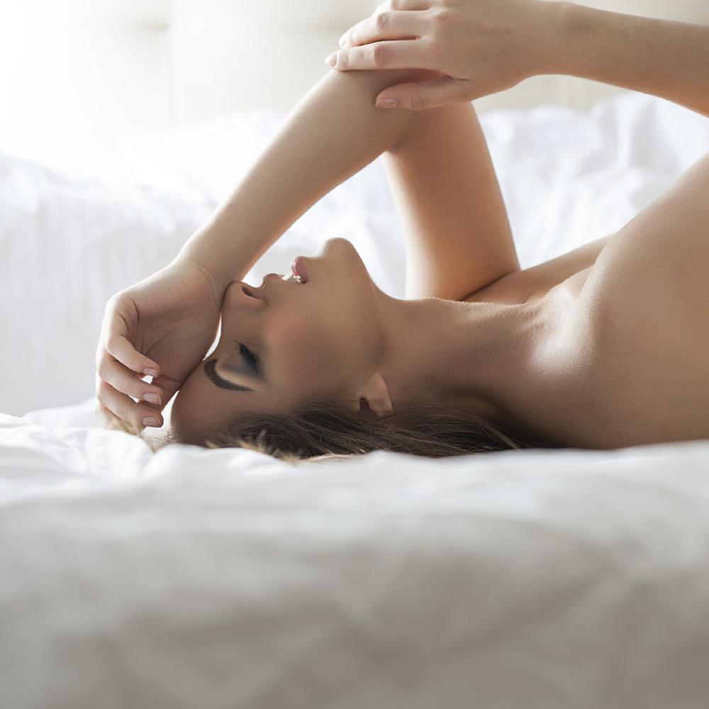 girl nude booty spread