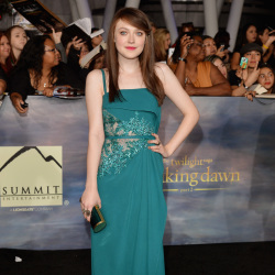 Dakota Fanning looked regal in her teal gown