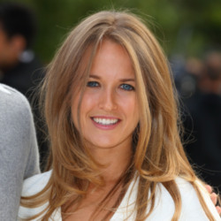 Kim Sears shows off her beautiful hair