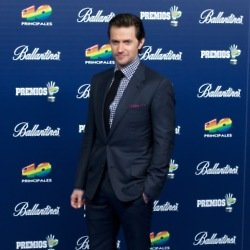 Richard Armitage looks stylish in a blue suit