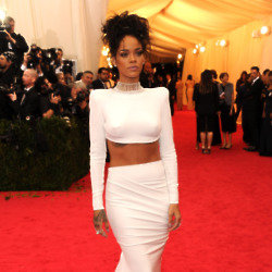 Rihanna looks beautiful in Stella McCartney