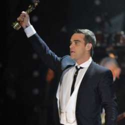 Robbie Williams Accepts His Well-Deserved Award